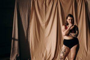 femme portant une culotte menstruation noire