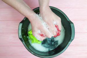 lavage à la main de ses culottes menstruelles