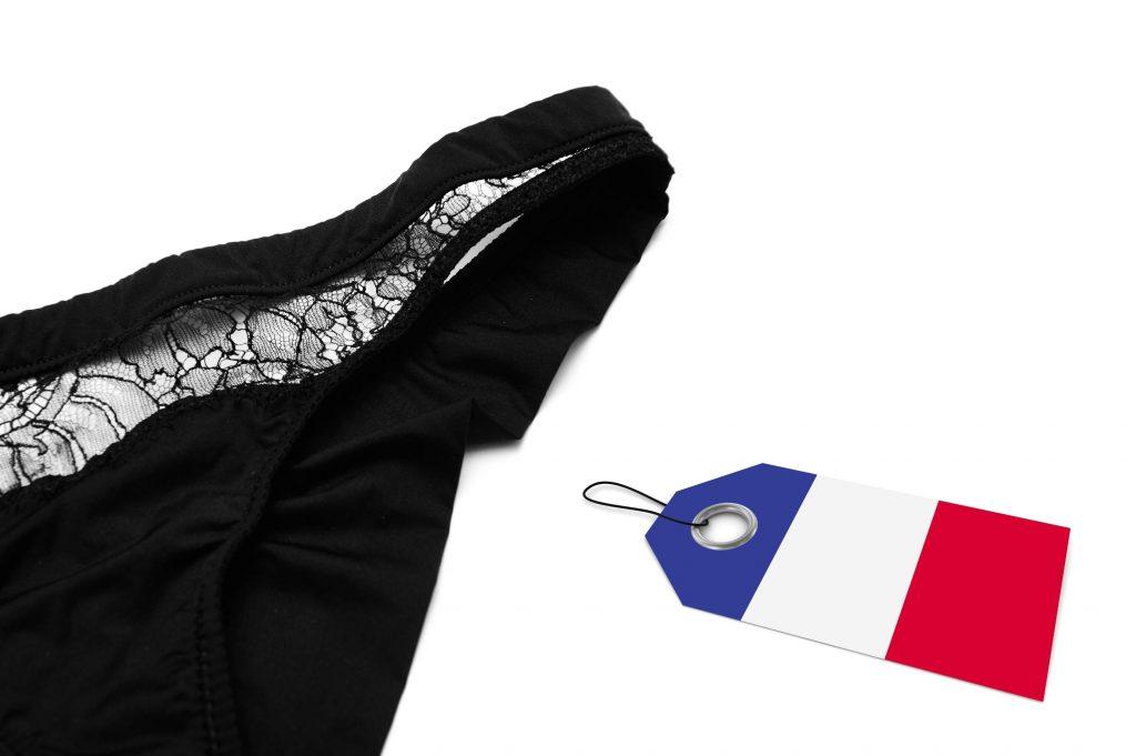 culotte menstruelle noire et étiquette drapeau français